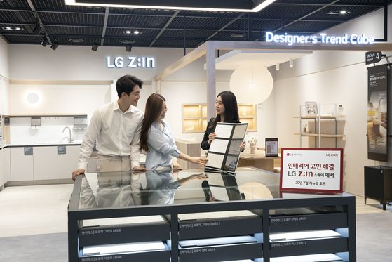 LG하우시스가 서울 논현동 가구거리에 위치한 플래그십 전시장 'LG Z:IN 스퀘어'를 언택트(비대면) 매장으로 새롭게 단장했다. LG하우시스
