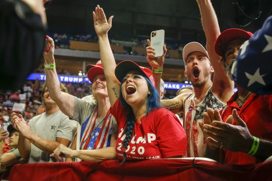 트럼프 대통령 지지자들이 6월20일(현지시간) 털사에서 열린 유세장에서 환호성을 지르고 있다. [AP=연합뉴스]