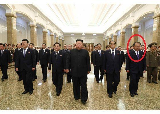 김정은 국무위원장이 김일성 사망 26주기를 맞아 8일 주요 간부들을 대동하고 금수산태양궁전을 참배했다. 이병철 군수공업부장(당 중앙군사위 부위원장, 원안)이 첫줄에 서서 이동하고 있다. [뉴스1]