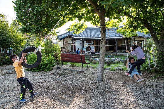 충북 충주 내포긴들마을은 아이들이 마음껏 놀기 좋은 농촌이다. 팝콘 만들기, 민물고기 잡기, 농산물 수확 등 다양한 체험도 즐길 수 있다. 최승표 기자
