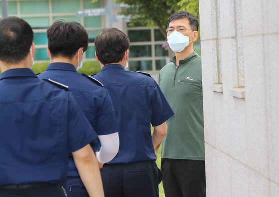 모친상으로 인한 형집행정지로 임시 출소했던 안희정 전 충남지사가 9일 오후 다시 광주교도소로 입소하고 있다. 연합뉴스