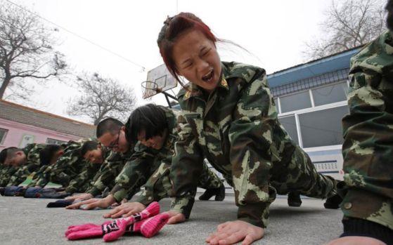 중국 인터넷 중독 치료 캠프에서 군대식으로 훈련을 받고 있는 학생들 [트위터]