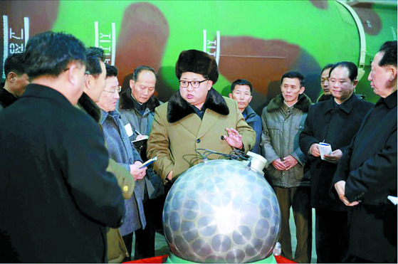 2017년 북한이 핵탄두 소형화에 성공했다고 주장하면서 핵탄두로 추정되는 물체를 김정은 국방위원회 제1위원장이 살펴보는 사진을 노동신문을 통해 공개했다. [사진제공=노동신문]