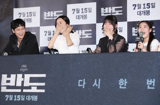 '반도' 기자간담회에 참석한 배우들이 출연진 막내 이예원의 답변에 환하게 웃고 있다. [연합뉴스]