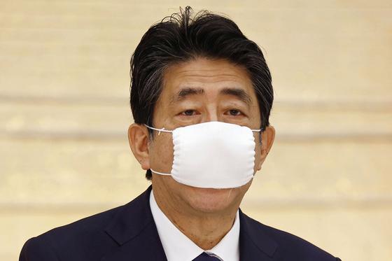 마스크를 쓴 아베 신조 일본 총리. [AP=연합뉴스]