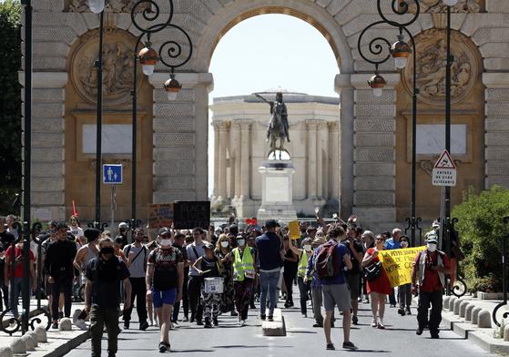 미국 흑인 남성 조지 플로이드 사망 사건 관련, 지난 6월 6일 프랑스 남부 도시 몽펠리에에서도 열린 시위 모습. [EPA=연합뉴스]