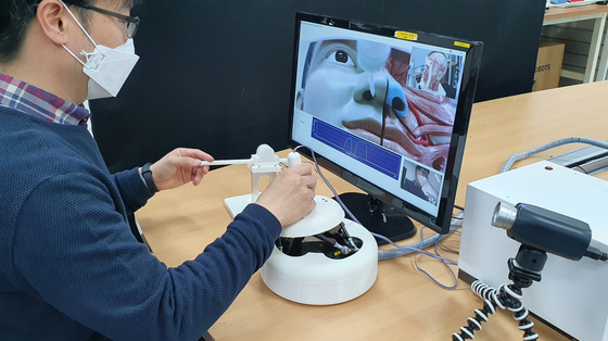 한국기계연구원은 대구융합기술연구센터 의료기계연구실 서준호 박사 연구팀이 동국대학교 의과대학 김남희 교수 연구팀과 의사가 환자와 접촉하지 않고 진료에 필요한 검사 대상물을 원격으로 채취할 수 있는 로봇 기술을 개발했다고 23일 밝혔다. 사진은 기사와 상관없음. 뉴스1