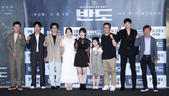 9일 오후 서울 용산구 CGV 용산아이파크몰점에서 열린 영화 '반도'(감독 연상호) 언론시사회에 참석한 주역들이 포즈를 취하고 있다.[뉴스1]