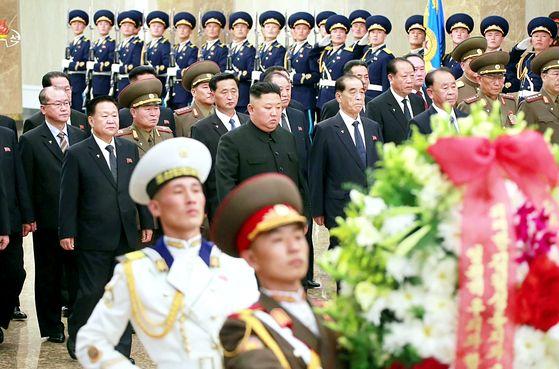 김정은 북한 국무위원장이 김일성 사망 26주기(8일)를 맞아 시신이 있는 금수산 태양궁전을 참배했다고 조선중앙TV가 전했다. [뉴시스]