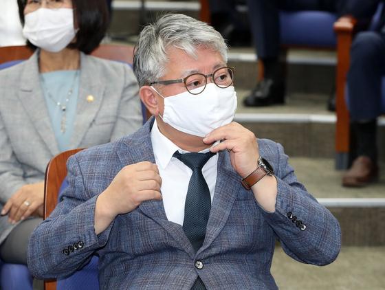조응천 더불어민주당 의원이 지난 1일 오전 서울 여의도 국회에서 열린 정책 의원총회에 참석해 마스크를 고쳐쓰고 있다. 뉴스1
