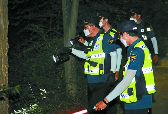 박원순 서울시장이 연락두절된 9일 저녁 북악산 일대에서 경찰 병력이 2차 야간 수색 작업을 하고 있다. 뉴스1