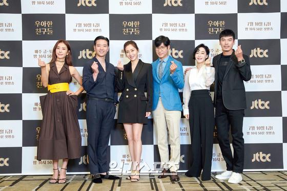 10일 오후 온라인 생중계로 진행된 JTBC 새 금토드라마 '우아한 친구들' 제작발표회에 참석한 주역들이 포토타임을 갖고 있다. '우아한 친구들'은 갑작스러운 친구의 죽음으로 평화로운 일상에 균열이 생긴 20년 지기 친구들과 그 부부들의 이야기를 그린 미스터리 드라마다. 10일 첫 방송된다. (사진제공 : JTBC)