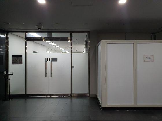 서울 중구 서울시청 한 사무실 모습. 직원들은 퇴근하지 않은 채 걱정스러운 표정으로 사무실과 복도를 오갔다. 최은경 기자