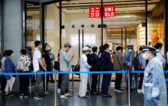 지난달 19일 일본 도쿄의 한 유니클로 매장 앞은 마스크를 사기 위해 몰린 쇼핑객으로 장사진을 이뤘다. 로이터=연합뉴스