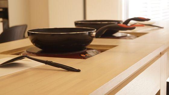집을 리모델링 하기 전에는 2층에 가족이 식사를 하는 공간에서 수업을 하고 거실 한가운데 있던 식탁에서 시식하는 식이었다. 두 아들이 사춘기에 접어들면서 1층 아틀리에 공사에 착수했다. [사진 pixabay]
