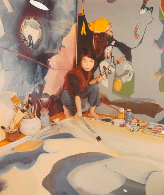 최욱경의 그림은 대담한 색상과 자유분방한 붓질로 강렬한 조형의 힘을 보여준다. 왼쪽은 1971년 최욱경 모습. [사진 국제갤러리]