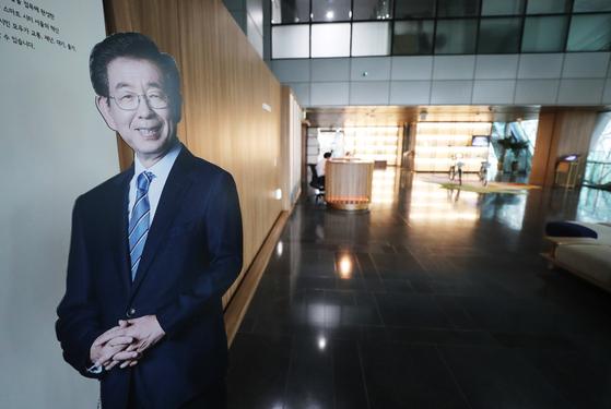 박원순 서울시장이 실종신고 7시간만에 사망한 채 발견된 가운데 10일 오전 서울시청 시장실 앞에 환하게 웃고 있는 박 시장의 사진이 보이고 있다. 뉴스1