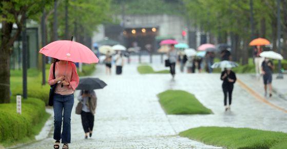 장맛비가 내린 10일 서울 서대문구 연세대학교에서 학생들이 우산을 쓰고 발걸음을 재촉하고 있다. 뉴스1