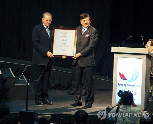 고 조양호 한진그룹 회장이 지난 2011년 7월 남아공 더반에서 자크 로게 IOC 위원장으로부터 평창 유치확정서를 받고 있다. 연합뉴스