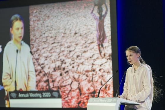 올 1월 스위스 다보스포럼에서 연사로 초청된 청소년 환경운동 아이콘 그레타 툰베리의 강연 모습. 지난해 처음 이 포럼을 찾은 그는 포럼의 설립자 클라우스 슈밥과 특별한 편지를 주고받았다. [EPA=연합뉴스]