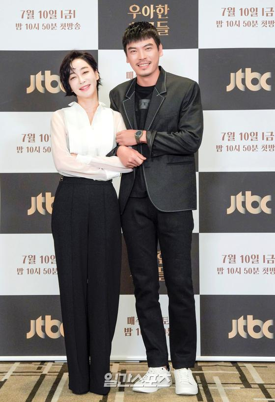 배우 김혜은, 김성오가 10일 오후 온라인 생중계로 진행된 JTBC 새 금토드라마 '우아한 친구들' 제작발표회에 참석해 포토타임을 갖고 있다. '우아한 친구들'은 갑작스러운 친구의 죽음으로 평화로운 일상에 균열이 생긴 20년 지기 친구들과 그 부부들의 이야기를 그린 미스터리 드라마다. 10일 첫 방송된다. (사진제공 : JTBC)