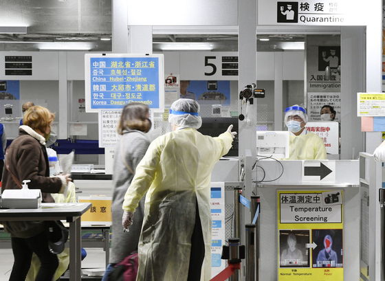 한국인의 일본 입국이 전면 금지되기 이전인 지난 3월 9일, 일본 나리타 공항에 입국한 한국발 항공편 승객들이 입국 심사를 위한 안내를 받고 있다. [교도=연합뉴스]