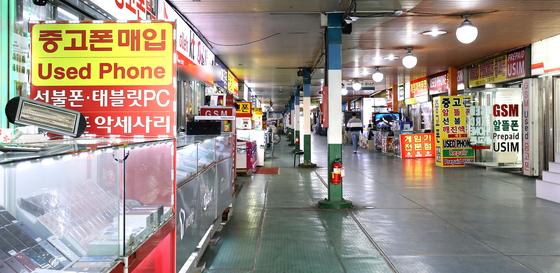 서울 용산구 전자상가의 핸드폰 판매 매장의 모습. [뉴스1]