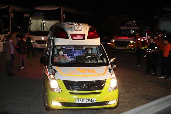 박원순 서울시장이 실종됐다는 신고가 들어온 9일 오후 서울 성북구 성북동 가구박물관에 마련된 지휘본부에서 119 구급차 2대가 긴급히 빠져나가고 있다. 우상조 기자