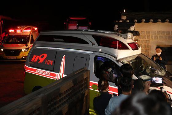 박원순 서울시장이 실종됐다는 신고가 들어온 9일 오후 서울 성북구 성북동 가구박물관에 마련된 지휘본부에서 119 구급차 2대가 긴급히 빠져나가고 있다. 우상조 기자/20200710
