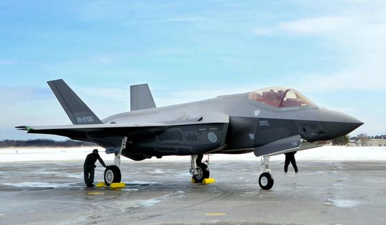 일본 미사와 기지에 배치된 F-35A. [AP=연합뉴스]