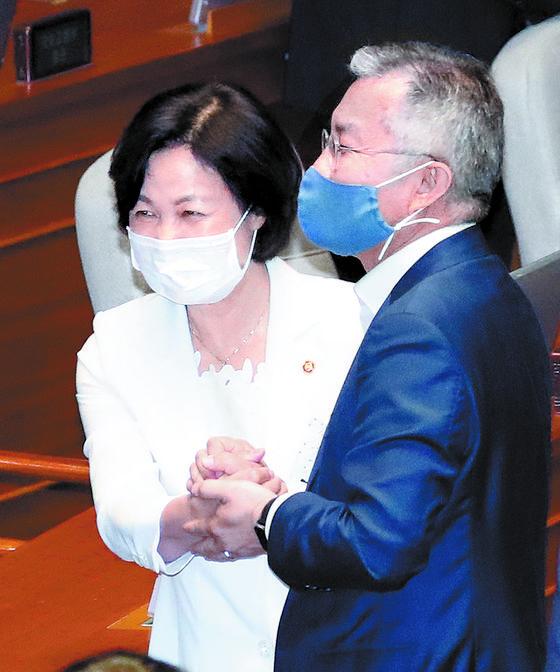 추미애 장관(왼쪽)과 최 대표가 지난 3일 국회 본회의장에서 인사하고 있는 모습. [연합뉴스]