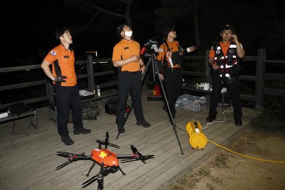 박원순 서울시장이 연락두절된 9일 저녁 서울 성북구 북악산 자락 일대에서 119 특수구조대가 드론을 동원한 야간 수색을 펼치고 있다. 뉴스1