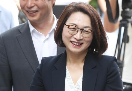 지난해 9월 정치자금법 위반 혐의로 불구속기소 된 은수미 성남시장이 1심에서 당선유효형을 선고받은 뒤 환하게 웃고있던 모습. [연합뉴스]