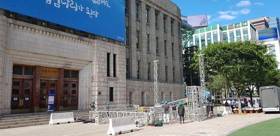 박원순 서울시장의 '서울특별시 장(葬)'을 위해 서울 광장 앞에 분향소가 설치되고 있다. 김현예 기자