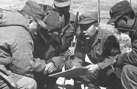 한국전쟁 최대 격전지였던 다부동전투에서 당시 백선엽 국군 1사단장이 참모들과 작전회의를 하고 있다. [중앙포토]