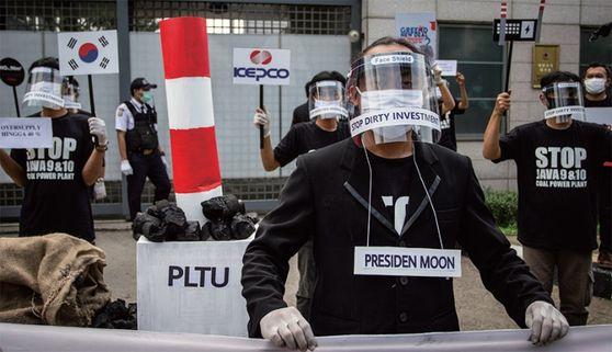 인도네시아 현지 환경단체가 지난 6월 30일 주 인도네시아 한국대사관 앞에서 한전의 자와 9·10호기 투자를 규탄하는 시위를 벌이고 있다. / 사진:그린피스