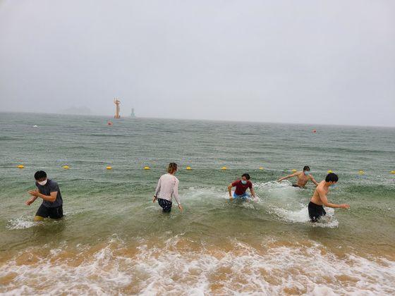 강원도 동해안 속초해수욕장 개장 첫날인 10일 피서객들이 마스크를 쓴 채 물놀이를 즐기고 있다. 박진호 기자
