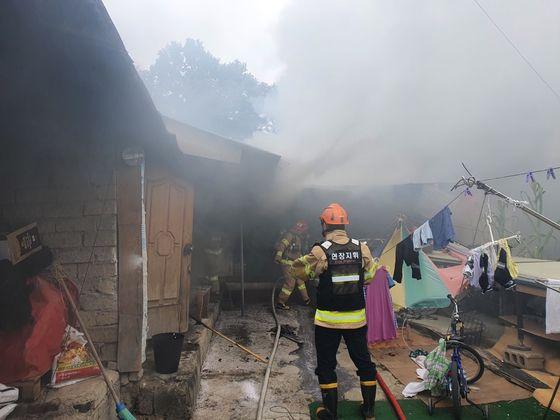 소방 당국 관계자들이 11일 오후 어린이 2명이 숨진 세종시 연서면 주택 화재를 진압한 뒤 현장을 살펴보고 있다. 연합뉴스