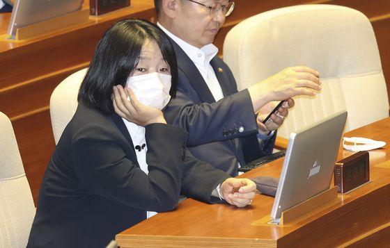 윤미향 더불어민주당 의원이 12일 국회 본회의에 참석해 주위를 둘러보고 있다. 임현동 기자