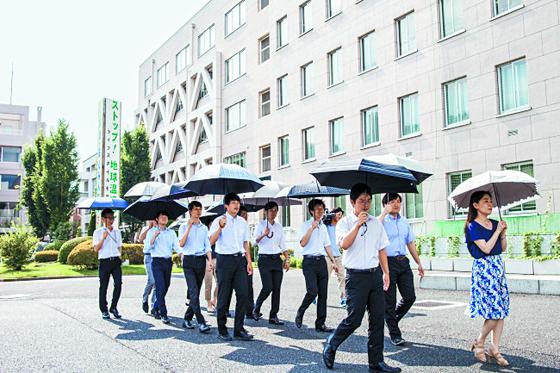 일본 사이타마현 공무원들로 구성된 '양산 쓰는 남자 홍보단'. 코로나19로 인해 양산을 '사회적 거리 두기' 용도로 사용하는 사람들이 늘고 있다. [현청 홈페이지]