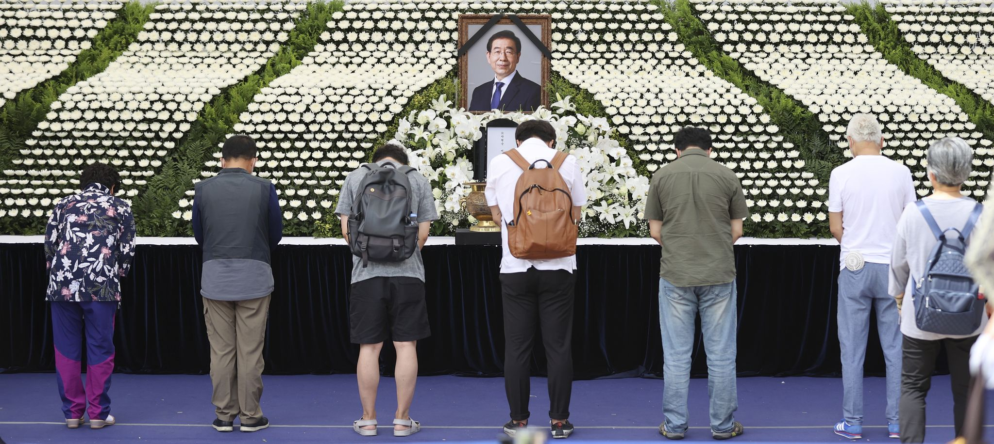 시민들이 11일 서울시 청사 앞에 마련된 고 박원순 시장 분향소에서 조문하고 있다. 임현동 기자