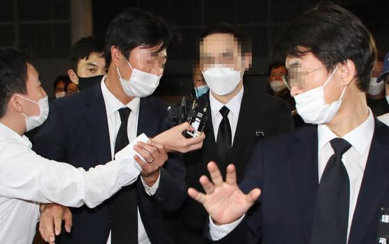 고 박원순 서울시장 아들 박주신 씨가 11일 빈소가 마련된 서울대학병원 장례식장에 들어오고 있다.〈br〉  박 씨는 이날 인천공항을 통해 입국했다. [연합뉴스]