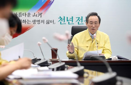 송하진 전북 도지사가 지난 10일 도내 시장·군수들과 신종 코로나바이러스 감염증(코로나19) 대책 영상회의를 열어 철저한 방역을 당부하고 있다. 연합뉴스