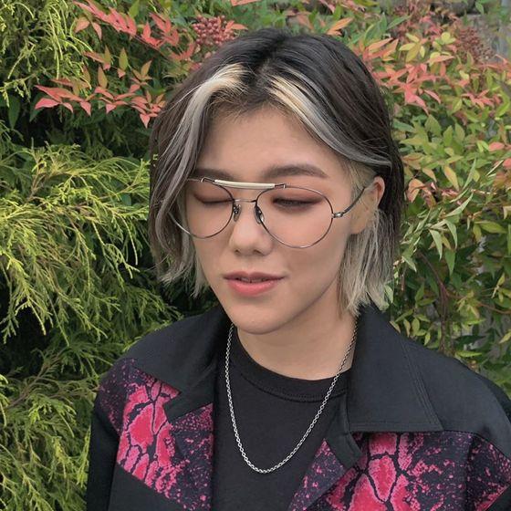 전체적으로 회색 빛이 도는 헤어에 블리치 포인트를 줘 세련된 스타일을 연출한 '새소년'의 멤버 황소윤. 사진 황소윤 인스타그램