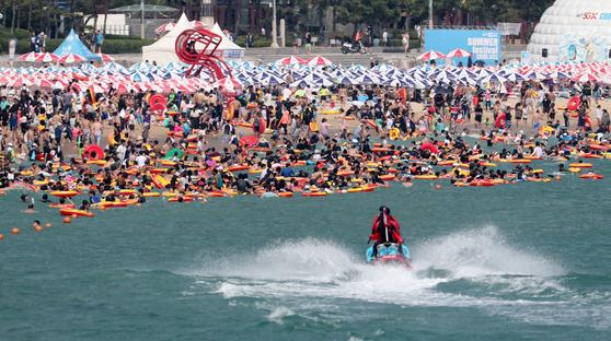 지난해 8월 4일 오후 부산 해운대해수욕장을 찾은 피서객들이 물놀이를 즐기며 더위를 식히고 있다. 연합뉴스