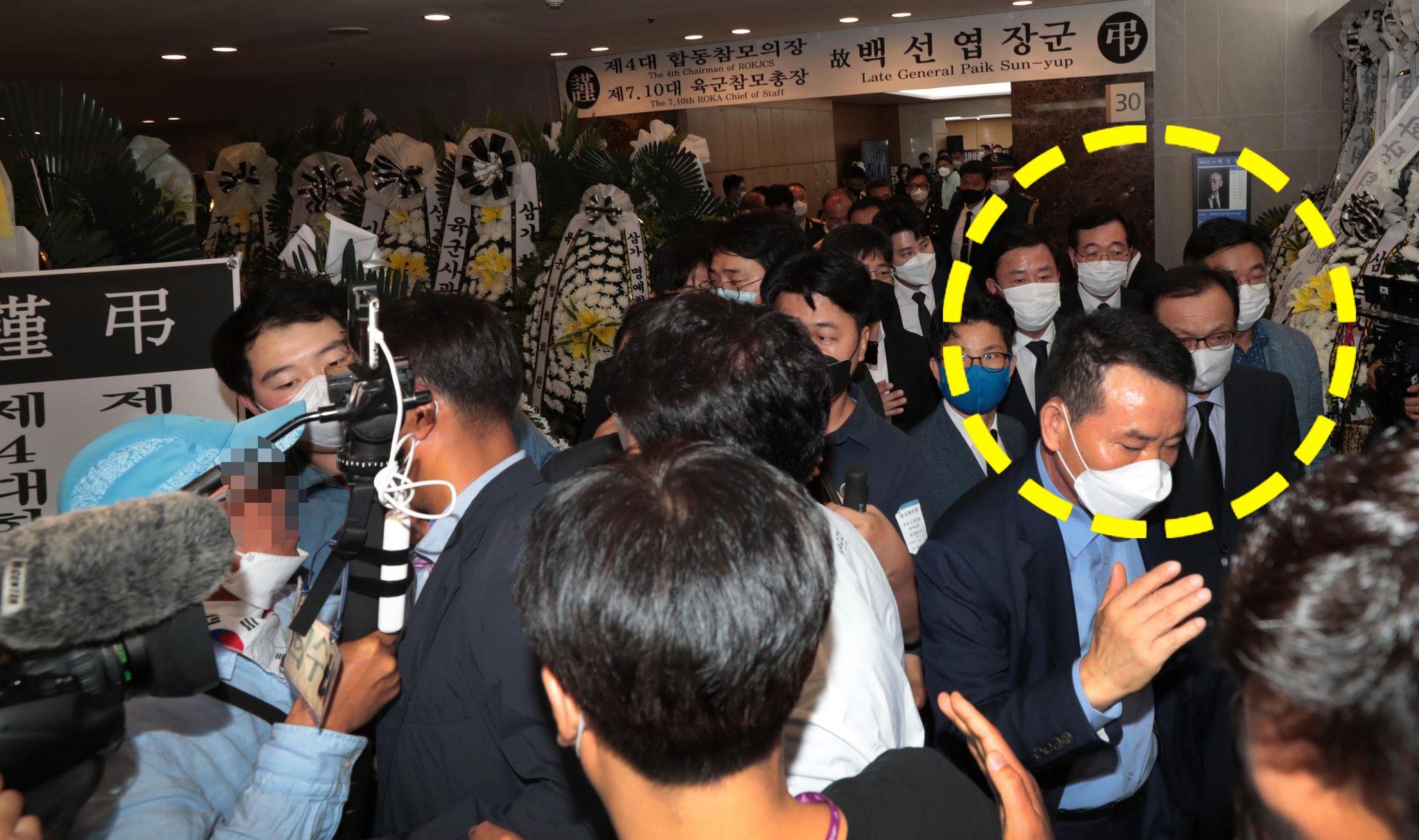 이해찬 더불어민주당 대표가 12일 서울 아산병원 장례식장에 마련된 고 백선엽 장군의 빈소에서 조문을 마치고 나서다 일부 시민의 항의를 받고 있다. 연합뉴스