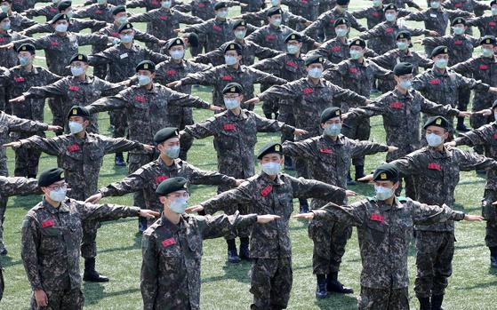 지난 4월 육군훈련소 훈련병이 제21대 국회의원선거 사전투표소장으로 들어가기 전 양팔을 벌려 간격을 유지하고 있다. [연합뉴스]