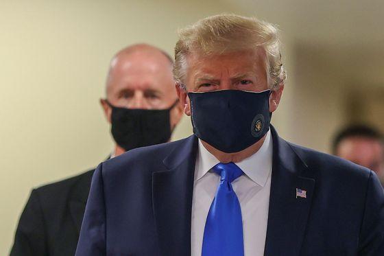 11일(현지시간) 미국 메릴랜드주의 월터 리드 국립 군의료센터를 방문한 도널드 트럼프 미국 대통령이 마스크를 쓴 채 카메라 앞에 섰다. [로이터=연합뉴스]