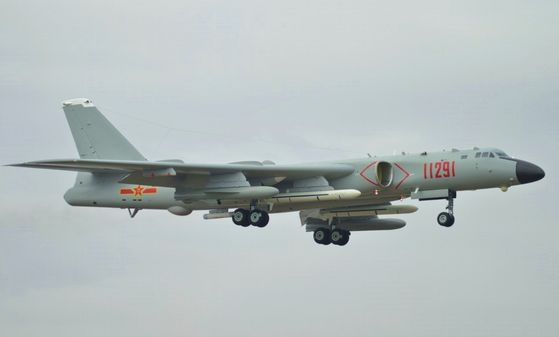 중국 공군의 H-6K 전략폭격기. 사진 위키피디아 캡처