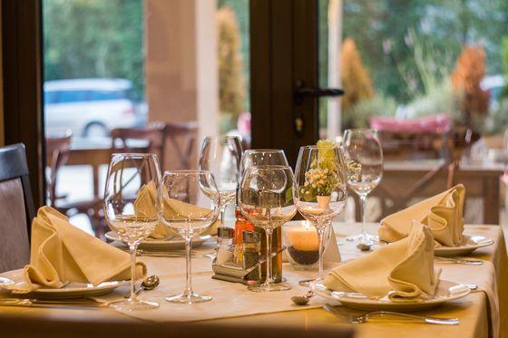 레스토랑은 깔끔하면서도 품격이 느껴지는 분위기에다 손님을 맞는 종업원의 태도도 밝고 정중하고 좋았습니다.[사진 pxhere]